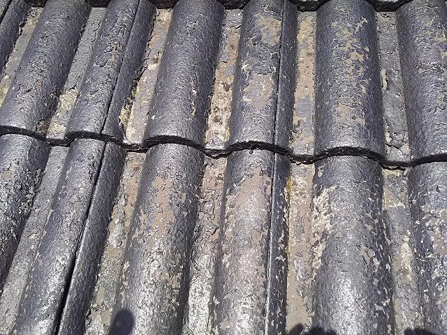 屋根 モニエル瓦 施工前 旧塗膜膨れ